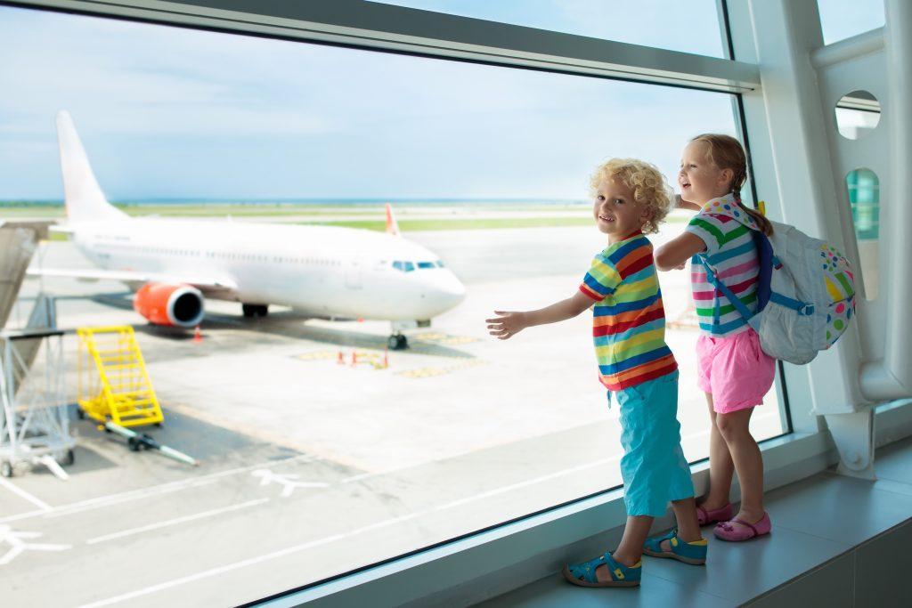 дети в аэропорту смотрят на самолет