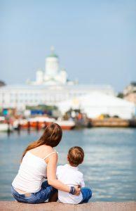 Мать и сын смотрят на центр Хельсинки