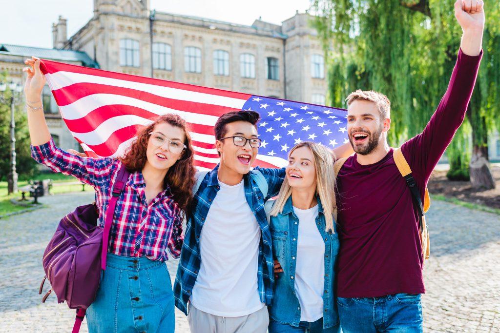 студенты в сша с флагом америки